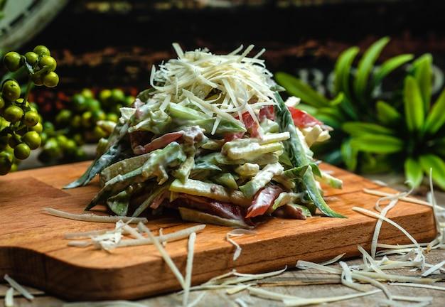 Salada de legumes coberta com queijo 1 Foto gratuita