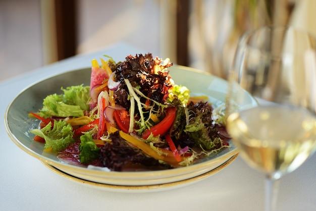 Salada de legumes com daikon, pepino, cenoura e espinafre. rabanete coreano, rabanete vermelho Foto Premium