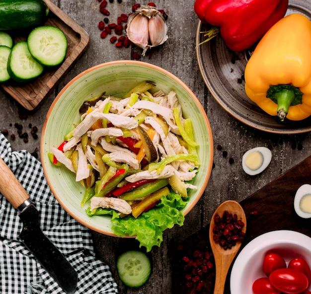 Salada de legumes com pedaços de frango Foto gratuita