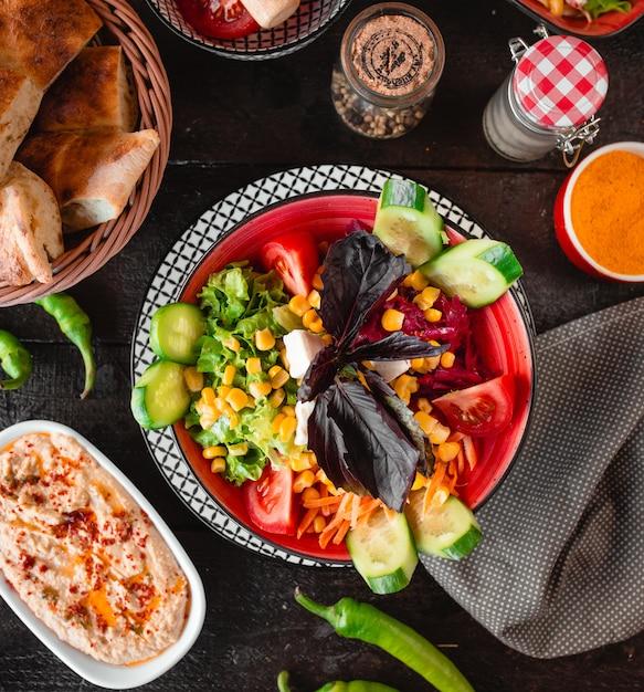 Salada de legumes com queijo branco e manjericão Foto gratuita