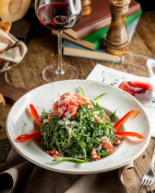 Salada de legumes com salmão e rúcula Foto gratuita