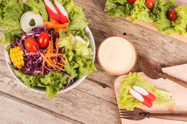 Salada de legumes em fundo de madeira Foto Premium