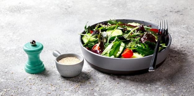 Salada de legumes em uma tigela Foto Premium