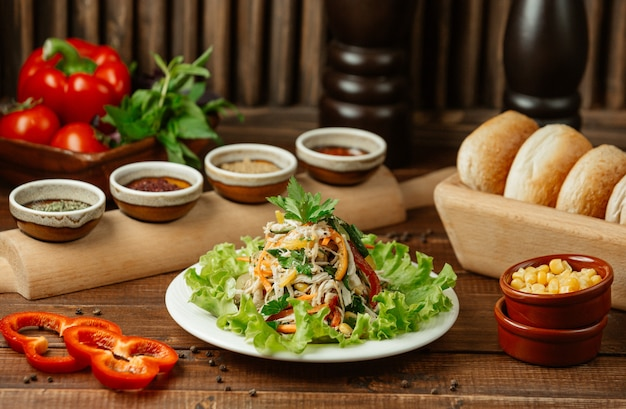 Salada de legumes finamente picada, contendo cenoura, couve, tomate, pepino e salada Foto gratuita