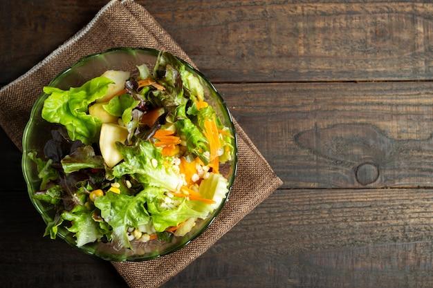 Salada de legumes fresca em madeira. Foto gratuita