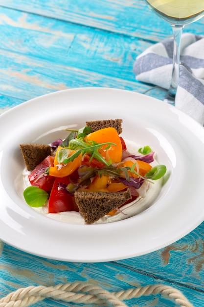 Salada de legumes fresca em madeira Foto Premium