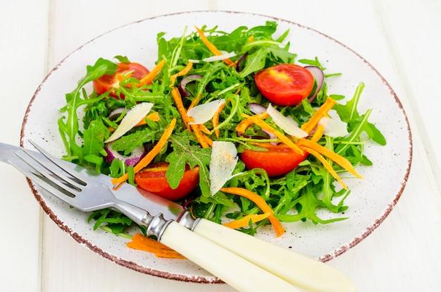 Salada de legumes leve. conceito de perda de peso Foto Premium