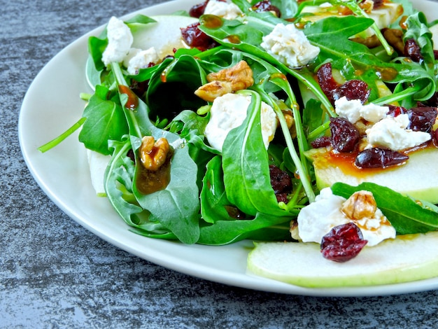 Salada de maçã com rúcula, queijo cottage e cranberries secas Foto Premium