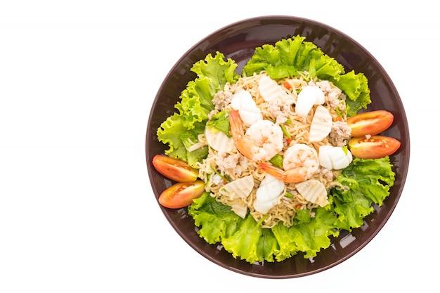 Salada de macarrão picante de frutos do mar com estilo tailandês Foto gratuita