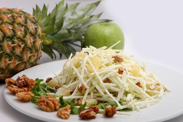 Salada de maçãs frescas, abacaxi e nozes Foto Premium