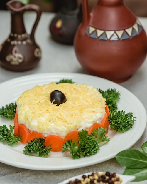 Salada de mimosa com azeitonas Foto gratuita