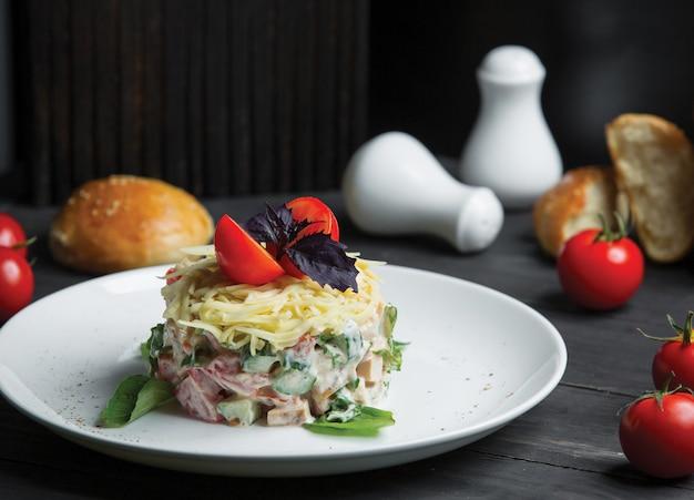 Salada de mimosa com filé de peixe e queijo holladn no topo Foto gratuita
