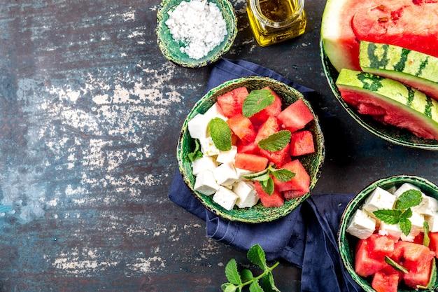 Salada de queijo e menta com melancia e azeite de oliva. vista do topo Foto Premium