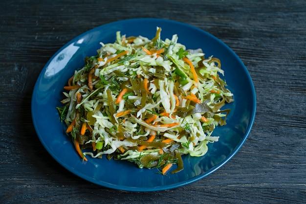 Salada de repolho branco, couve e cenouras frescas temperadas com azeite Foto Premium
