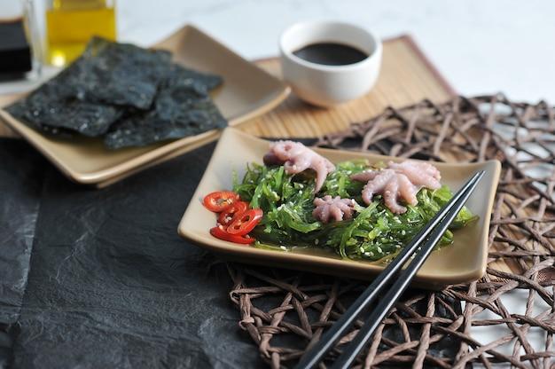 Salada de repolho do mar chuka, polvo Foto Premium