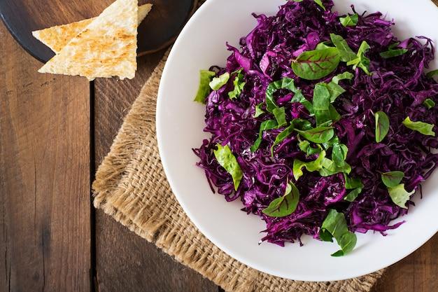 Salada de repolho roxo com ervas Foto gratuita