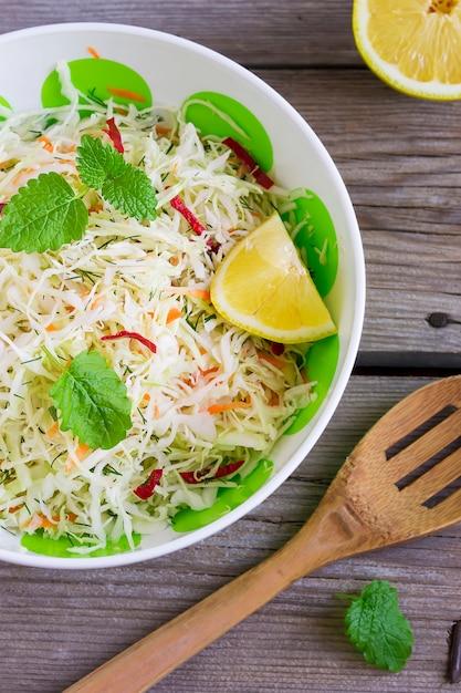 Salada de repolho vitamina com cenoura em uma tigela Foto Premium