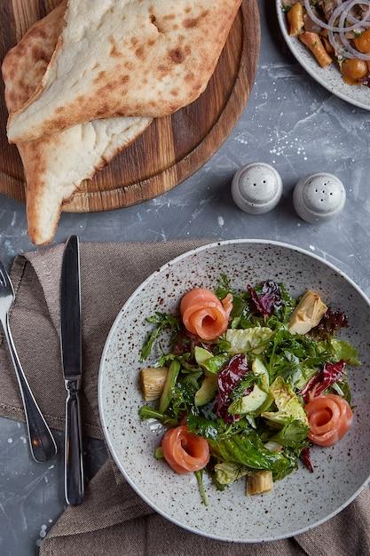 Salada de salmão com espinafre, salada de milho, espinafre, hortelã fresca e manjericão. comida caseira. Foto Premium
