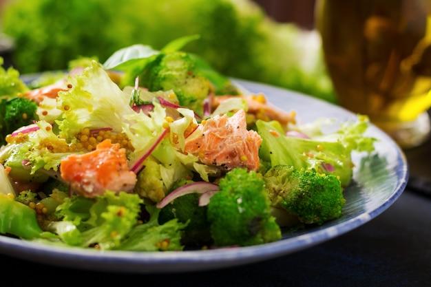 Salada de salmão estufado, brócolis, alface e molho. menu de peixe. menu dietético. frutos do mar - salmão. Foto gratuita