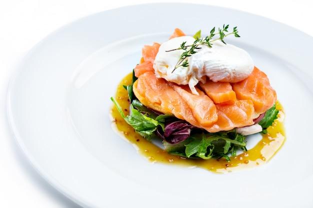 Salada de salmão isolada no branco Foto Premium