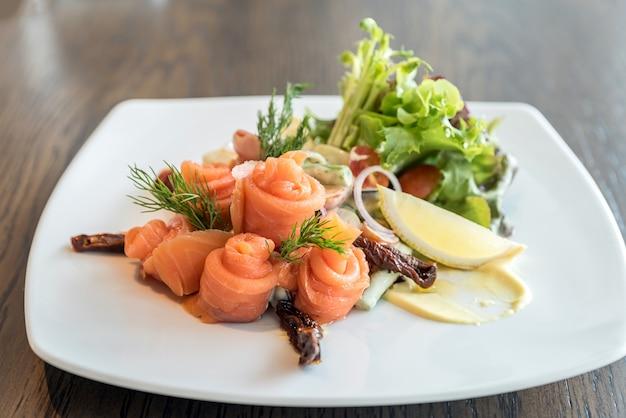 Salada de sashimi de salmão Foto Premium