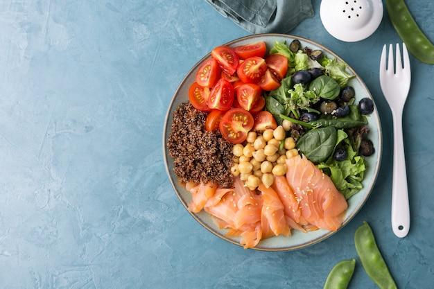 Salada de tigela de buda com legumes frescos Foto Premium