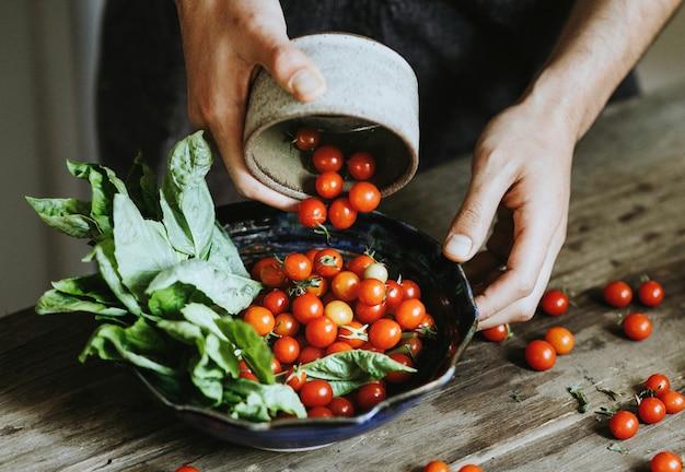 Salada de tomate cereja orgânica fresca Foto gratuita