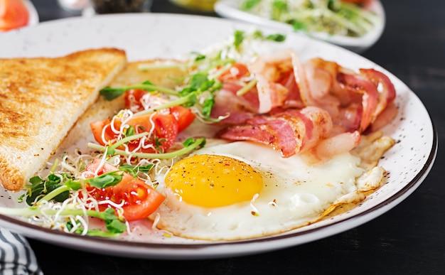 Salada de torradas, ovos, bacon e tomate e microgreens. Foto Premium