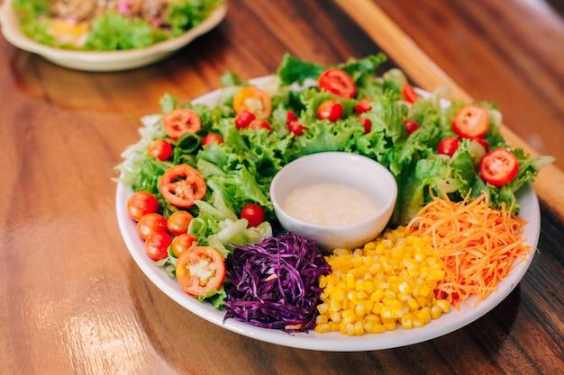 Salada de vegetais alimentos saudáveis de manhã Foto Premium