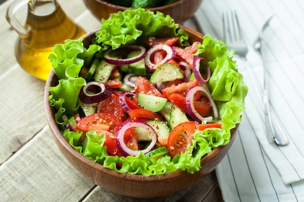 Salada de vegetais frescos. Foto Premium