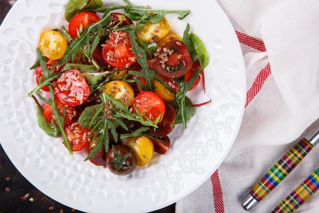 Salada de verão de tomate cereja fresco, colorido Foto Premium