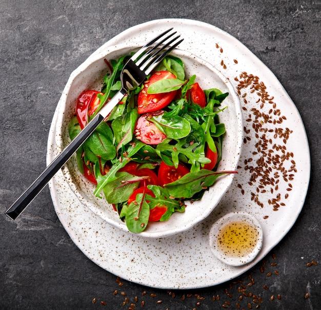 Salada de verão de verduras frescas. comida para uma festa. Foto Premium