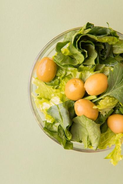 Salada de vista superior com azeitonas Foto gratuita