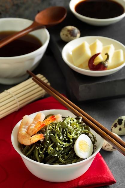 Salada deliciosa de algas frescas Foto Premium