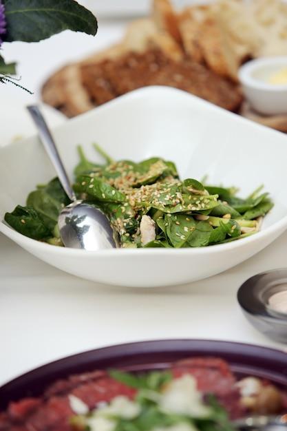 Salada deliciosa em um banquete Foto gratuita