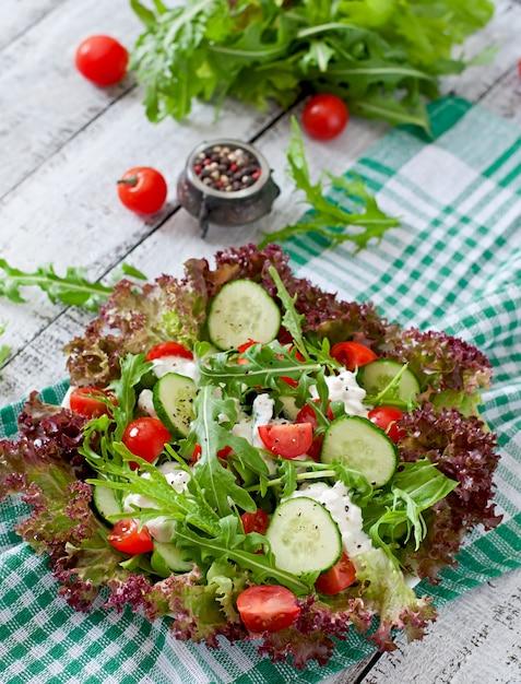 Salada dietética útil com queijo cottage, ervas e legumes Foto gratuita