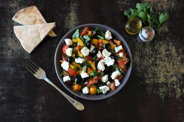 Salada do oriente médio com azeitonas, queijo feta e salsa. salada vegetariana colorida saudável. salada árabe fresca. keto dieta. Foto Premium