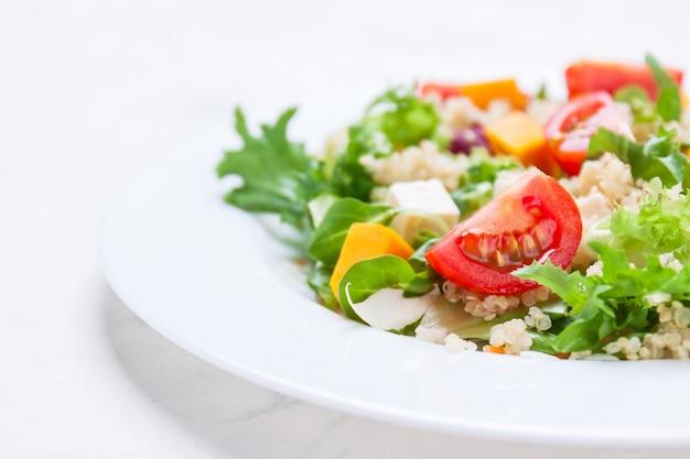 Salada em um prato branco Foto gratuita