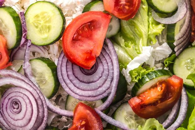 Salada fresca em fatias de vegetais diferentes close-up Foto gratuita