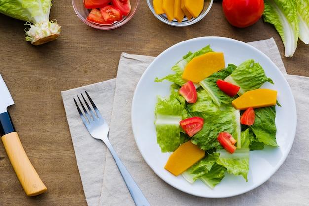 Salada fresca em um prato Foto Premium