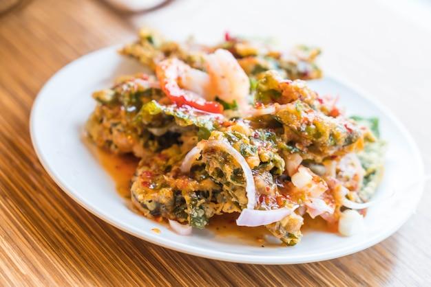 Salada frita crocante de morning glory com camarões Foto Premium