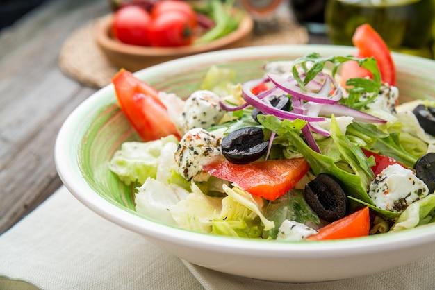 Salada grega com legumes frescos, queijo feta Foto Premium