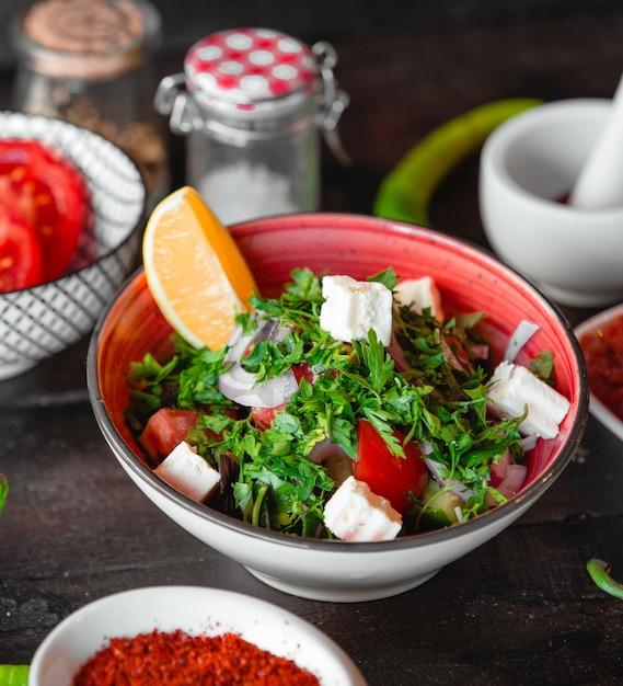 Salada grega com limão Foto gratuita