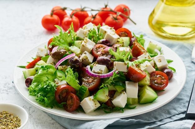 Salada grega com queijo feta e tomate Foto Premium