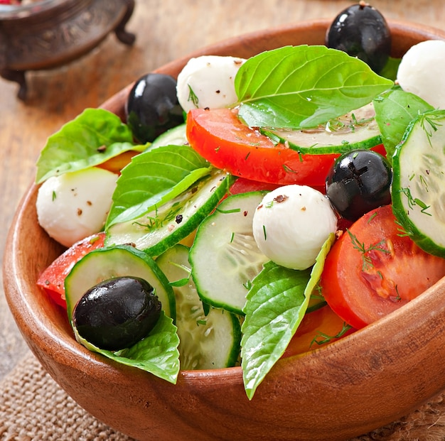 Salada grega de legumes frescos, close-up Foto gratuita