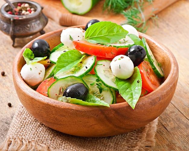 Salada grega de legumes frescos, close-up Foto gratuita