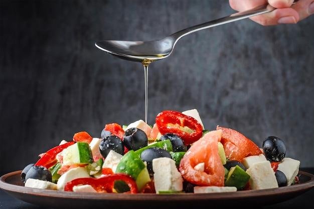 Salada grega em fundo escuro Foto Premium