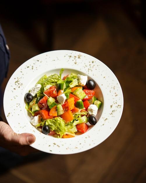 Salada grega no prato Foto gratuita