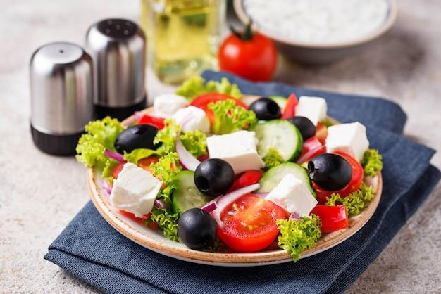 Salada grega tradicional com queijo feta, azeitonas e legumes Foto Premium