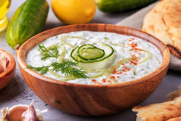 Salada grega tzatziki de pepino, iogurte, azeite, alho, endro e especiarias   Foto Premium